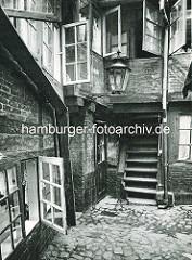 Alte Fotos aus dem Gängeviertel Hamburgs - Treppenaufgang, geöffnete Fenster im Langen Gang.