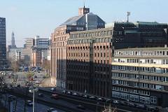 Blick über die Willy-Brandt-Strasse zum Messberghof; im Hintergrund der Turm der St. Michaeliskirche, dem Hamburger Wahrzeichen.
