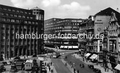 Blick auf das Lessingdenkmal am Hamburger Gänsemarkt - lks. das Gebäude der Hamburger Finanzbehörde, erbaut 1926 nach Plänen des Oberbaudirektors Fritz Schumacher. In der Bildmitte das Deutschlandhaus, erbaut 1929 nach Entwürfen der Ar