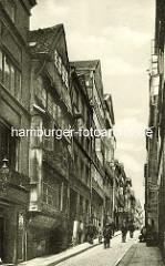Historische Bilder aus dem Hamburger Gängeviertel - hohe Wohnhäuser in der Altstädter Strasse, Fussgänger.