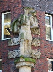 An der Fassade des Kontorhauses Mohlenhof befindet sich der Schutzpatron Merkur; die Skulptur wurde von dem Bildhauer Richard Kuöhl angefertigt.