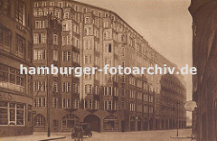 Blick vom Schopenstehl in die Niedernstrasse, Ecke Kattrepel zum Montanhof. Das grosse expressionistische Klinkergebäude im Hamburger Kontorhausviertel wurde von den Architekten Distel + Grubitz entworden und 1926 fertig gestellt.