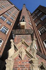 Bauschmuck an der Fassade vom ehem. Ballinhaus / Messberghof. Das expressionistische Klinkergebäude wurde 1924 errichtet; die Architekten waren Hans und Oskar Gerson - das Bürohaus steht seit 1983 unter Denkmalschutz.
