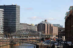 Blick über Zollkanal zum Chilehaus und Messberghof; im Vordergrund die Jungfernbrücke, dahinter die Kornhausbrücke, die zur Strasse Dovenfleet führt. Rechts die Giebel der Hamburger Speicherstadt.