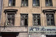 Fassade eines Gebäudes in der Speckstrasse, Valentinskamp - Geschäftschild Schlacherei, Fenster mit Gardinen.