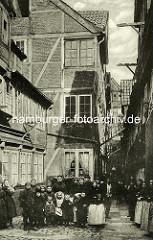 Historische Bilder aus dem Hamburger Gängeviertel - Hinterhof Scheebe Steebel beim Johannisbollwerk, Gruppenfoto Frauen mit Kinder.