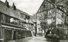 Historische Bilder aus dem Hamburger Gängeviertel - Hinterhof am Großen Bäckergang - vierrädrige Karre, Handkarren / Schottsche Karren.