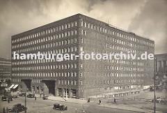 Blick über die Burchardstrasse ca. 1930, der erste Bauabschnitt vom Sprinkenhof ist fertig. Rechts im Hintergrund werden noch Häuser des ehemaligen Gängeviertels abgerissen, das Gebäude mit den Säulen liegt an der Steinstrasse.