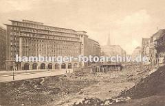 die historische Bebauung in der Hamburger Altstadt wird abgerissen, um den geplanten Kontorhäusern Platz zu schaffen. Im Vordergrund das Areal auf dem der Sprinkenhof errichtet wird - das Chilehaus wurde schon 1924 fertig gestellt. Im Hi