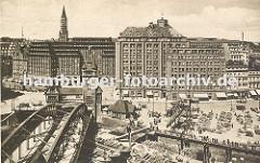 Blick über den Zollkanal ca. 1930 zum Messberg; Schlepper mit Kahn unter der Wandrahmbrücke, ein Lastwagen mit Anhänger fährt über die Brücke in den Hamburger Freihafen. Rechts der Messberghof und lks. das Chilehaus.; dahinter die Turmspitze der