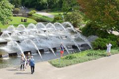 Kaskaden / Brunnen in den Hamburger Wallanlagen / Planten un Blomen - Stadtteil Hamburg St. Pauli; Touristen fotografieren sich vor den Fontänen.