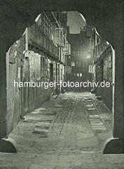 Alte Fotos aus dem Gängeviertel Hamburgs - Tordurchfahrt, Blick in den Breiten Gang / Nachtaufnahme.