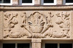 Figürliche Dekorelemente in der Fassade des neoklassizistischen Verwaltungsgebäude in der Steinstrasse, Hamburg Altstadt - erbaut 1924.