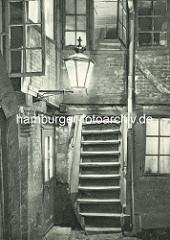 Alte Fotos aus dem Gängeviertel Hamburgs - Kneipe Ecke Ebraeer Gang und Kugelsort - Teppenaufgang im Langen Gang, brennende Gaslaterne.