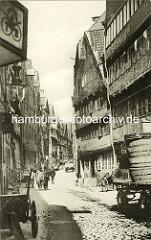 Historische Bilder aus dem Hamburger Gängeviertel - Fuhrwagen mit Fässern, Handkarre am Strassenrand - Fussgänger in der Strasse Herrlichkeit.
