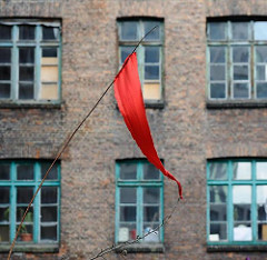 Gängeviertel Hamburg - Backsteinfassade, Holzfenster; roter Wimpel.