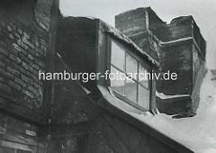 Alte Fotos aus dem Gängeviertel Hamburgs - Fenster einer Dachwohnung, Schornstein / Langer Gang.