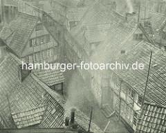 Alte Fotos aus dem Gängeviertel Hamburgs - Blick   auf Hausdächer im Schulgang, rauchender / qualmender Schornstein auf einem Hausdach.