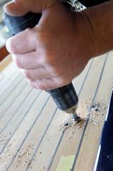 Bohren und Versenken der Löcher für Beschläge  an Deck des Daysailers.
