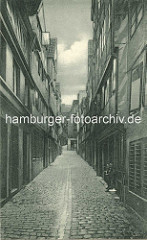 Historische Bilder aus dem Hamburger Gängeviertel - Blick in den Schaarhof, zwei Jungen stehen im Eingang.