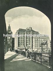 Die Wandrahmbrücke über den Zollkanal war auch die Zollgrenze zum Hamburger Freihafen. Der Personenverkehr und der Warentransport wurde dort an der Zollstation kontrolliert.