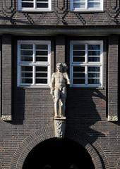 Skulptur über dem Eingang am Johanniswall / Innenbehörde des Kontorhauses Sprinkenhof.
