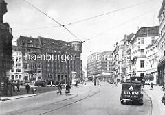 Blick auf das Lessingdenkmal am Hamburger Gänsemarkt um 1930 - lks. das Gebäude der Hamburger Finanzbehörde, erbaut 1926 nach Plänen des Oberbaudirektors Fritz Schumacher. In der Bildmitte das Deutschlandhaus, erbaut 1929 nach Entwürfen der Arch
