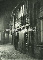 Alte Fotos aus dem Gängeviertel Hamburgs -  Nachtaufnahme vom Grossen Trampgang.