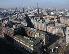 Luftfoto von Hamburg - im Vordergrund das Kontorhausviertel - lks. der Messberghof, dahinter das  dahinter das Chilehaus und in der Bildmitte der Sprinkenhof. Ganz lks. der Turm vom Hamburger Rathaus, dann die Kirchen St. Petri und die St. Jacobi