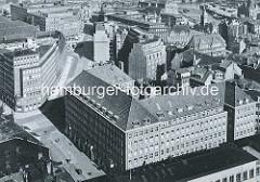 Historische Luftaufnahme vom Hamburger Kontorhausviertel - im Vordergrund das Pressehaus am Speersort; im Vordergrund ist noch ein Teil des Johanneums auf dem Domplatz zu erkennen. Das Pressehaus wurde 1938 errichtet, Architekt Rudolf Klophaus.