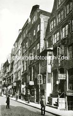 Historische Bilder aus dem Hamburger Gängeviertel - Geschäfte in der Niedernstrasse, Geschäftsschilder - Möbel, Kartoffeln und Kohlen - Passanten.