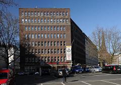 Das Kontorhaus Mohlenhof am Burchardplatz wurde 1928 nach den Entwürfen der Architekten Schoch, zu Putlitz und Klophaus fertig gestellt. Im Hintergrund lks. der Kirchturm der St. Jakobikirche.