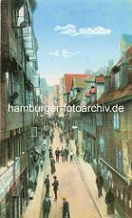Historische Bilder aus dem Hamburger Gängeviertel - altes Hamburg, hohe Wohngebäude, Passanten / Fussgänger auf der Strasse.
