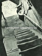 Alte Fotos aus dem Gängeviertel Hamburgs - Holztreppe im Langen Gang, Waschbecken / Wasserhahn im Treppenhaus.