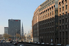 Blick in die Willy-Brandt-Strasse; rechts der Messberghof und lks. neben dem Spiegel Hochhaus mündet die Strasse Dovenfleet. In der Bildmitte der Turm der Kriegsruine der St. Nikolaikirche, der als Mahnmal gegen den Krieg stehen geblieben ist; re
