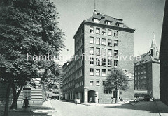 Historische Aufnahme im Hamburger Kontorhausviertel - im Vordergrund das Pressehaus am Speersort. Das Pressehaus wurde 1938 errichtet, Architekt Rudolf Klophaus.