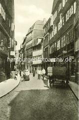 Historische Bilder aus dem Hamburger Gängeviertel - Pferdefuhrwerk und Passanten im Rademachergang - Gaslaterne und Maggi Werbung.