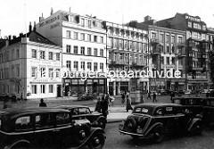 Alte Taxis am Gänsemarkt in der Hamburger Neustadt 1937 - Geschäfte und Restaurant, Fassadenaufschriften: Restaurant, Austern Hummer Kaviar - Ernst v. Spreckelsen, Damenhüte.