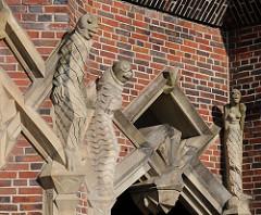 figürlicher Bauschmuck an der Fassade über einem der Eingänge vom  Messberghof. Das expressionistische Klinkergebäude wurde 1924 errichtet; die Architekten waren Hans und Oskar Gerson - das Bürohaus steht seit 1983 unter Denkmalschutz.