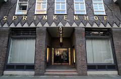 Das Kontorhaus SPRINKENHOF ist Teil des Hamburger Kontorhausviertels und wurde im Stil des Backsteinexpressionismus zwischen 1923 - 1940 fertig gestellt. Die Architekten Hans und Oskar Gerson, Fritz Höger und Fritz Schumacher lieferten den Entwur