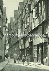 Alte Fotos aus dem Gängeviertel Hamburgs - kleine Mädchen, Mutter mit Kind im Rademachergang / geöffnete Fenster in den hohen Wohnhäusern.