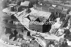 Historisches Luftbild von der Hamburger Altstadt - Blick auf den neu erbauten Sprinkenhof und das Karstadtgebäude an der Steinstrasse - re. Reste von alten Häusern im Gängeviertel, die abgerissen werden.
