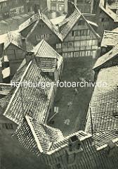 Alte Fotos aus dem Gängeviertel Hamburgs - Blick von oben auf Dächer im Schulgang.