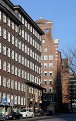 Hamburger Backsteinarchitektur - Sprinkenhof am Johanniswall - im Hintergrund das Bartholomayhaus.