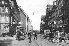 Verkehr in der Hamburger Steinstrasse - Fussgänger überqueren die Strasse, Strassenbahn - Radfahrer - Pferdewagen und LKW. Rechts die historischen Altbauten des Gängeviertels in der Altstadt - lks. das Verwaltungsgebäude der Karstadt AG.
