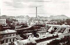 Blick auf den Klostertorbahnhof, der sich von 1850 - 1906 an der Altmannbrücke befand - im Hintergrund die Steinstrasse und die Wasch- und Badeanstalt am Schweinemarkt in der Hamburger Altstadt.