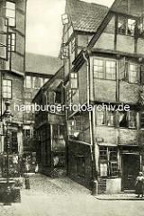 Historische Bilder aus dem Hamburger Gängeviertel - verwinkelte Fachwerkhäuser, schmale Gasse, Matthiasstrasse, Gaslaterne.