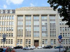Mittelrisalit vom ehem. Verwaltungsgebäude der Rudolph Karstadt AG - jetzt Finanzamt; erbaut 1924 - neoklassizistische Sandstein Fassade.