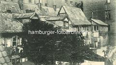 Historische Bilder aus dem Hamburger Gängeviertel - Blick auf die Aussenfassade vom Krayenkamp; alte Fachwerkhäuser - Wohnblocks / Mietskasernen.
