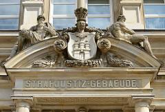Portal vom Hamburger Strafjustizgebäude - Wappen der Hansestadt / Figuren; erbaut 1882 - Architekt Hans Zimmermann.